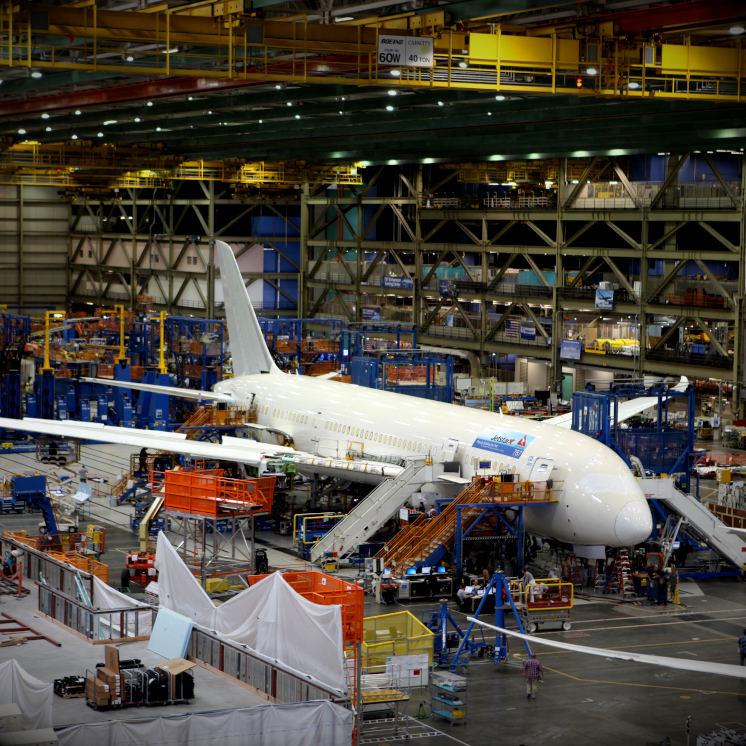 aereo in hangar settore aerospaziale